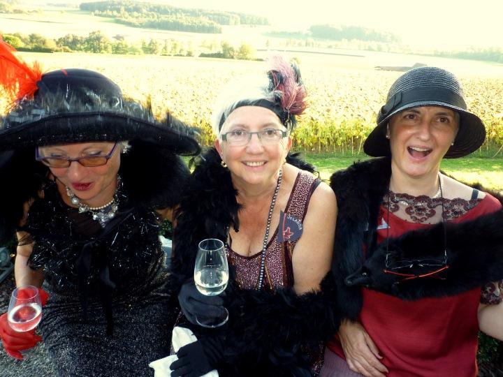 Auch den älteren Damen schmeckt ein Gläschen Wein! Also the elderly ladies appreciate a glass of wine!