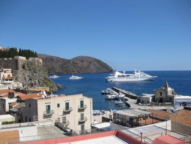 Hier befinden wir uns im Hafen von Lipari.