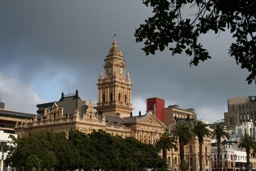 This is the city's Town Hall, where frequent concerts are held, Das ist das Regierungsgebäude von Kapstadt, wo regelmässig Konzerte stattfinden. Queso è il Municipio della Città del Capo, dove vengono dati regolarmente dei concerti.