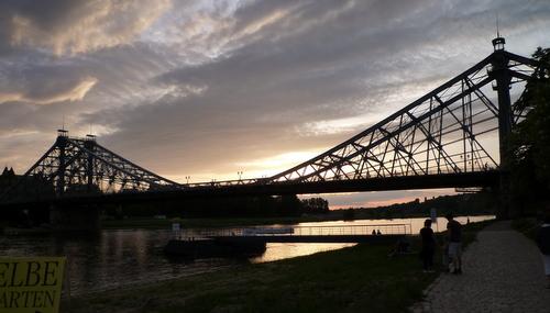 Diese Brücke wird auch das Blaue Wunder genannt und befindet sich in Loschwitz bei Dresden.