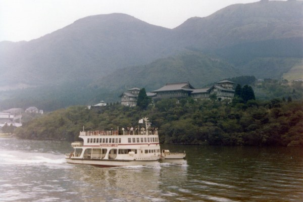 I remember very well this boat trip on the Lake Hakone, Japan. Ich M.Ramsauer erinnere mich sehr gut an diese Bootsfahrt auf dem Hakonesee, Japan
