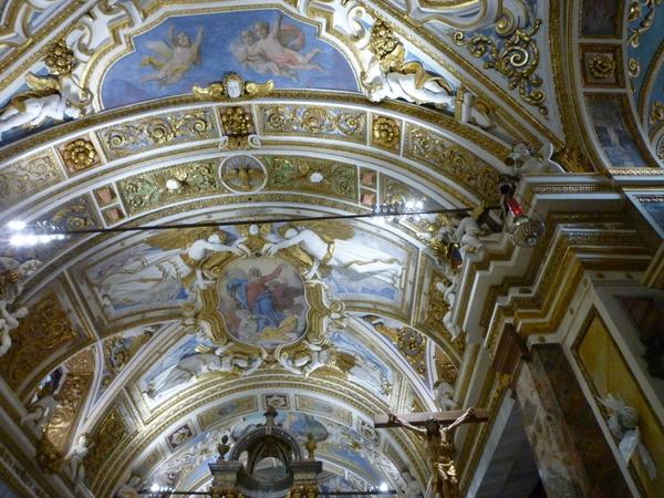 Der Kirchenraum ist in ein Hauptschiff und zwei Seitenschiffe unterteilt. Die Deckengewölbe sind mit Stuckaturen und Fresken geschmückt