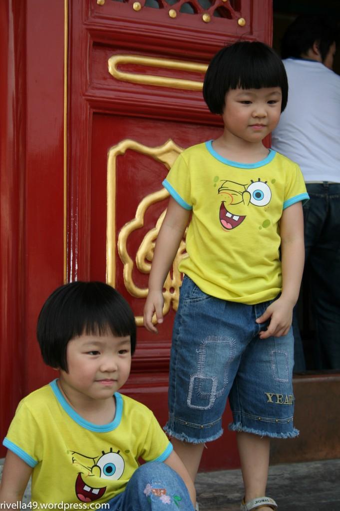 Questi bambini portano vestiti/These children are wearing clothes/Diese Kinder tragen Kleider.
