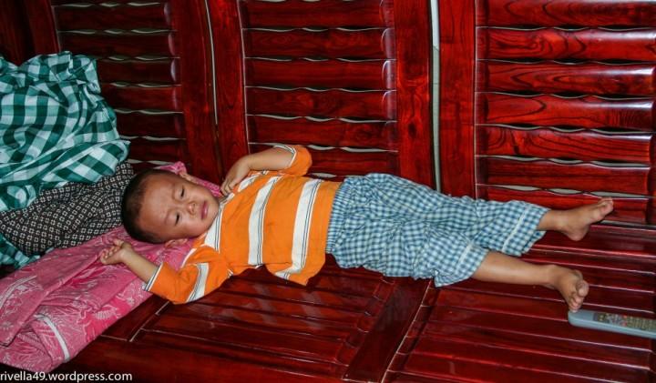 bekleidetes Kind mit Fernsteuerungsgerät!