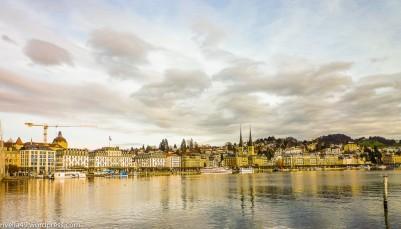 Vorweihnatliches Luzern/Lucerna prenatalizia/Pre-Christmas Lucerne. Die eindrückliche Stadt liegt am Vierwaltstättersee. /Questa città impressionante è sulle rive del Lago dei Quattro Cantoni. This impressive city is on the shore of Lake Lucerne.