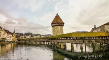 Kapellbrücke und Wasserturm, der ca.um ca.1300 erbaut wurde. The Chapelbridge and the Water Tower, which is even older or was built around 1300. Il Ponte della Cappella e la Torre dell' Acqua che è persino più vecchia del ponte e venne costruita intorno a 1300.