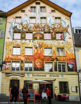 Das über über 400 Jahre alte Fritschi Haus mit der wunderschönen Fassade soll auch die Fastnach reflektieren./La stupenda casa Fritschi ha oltre 400 anni e riflette anche il carnevale./The exceptional Fritschi, which was built more tan 400 years ago also reminds of the carneval.