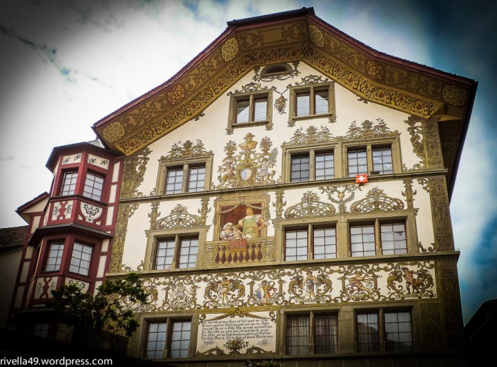 Ein weiteres wunderschönes Haus in Luzern. Un'altra bellissima casa nella città vecchia. This is another of the many gorgeous houses in the old town of Lucerne.