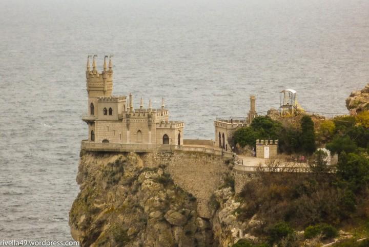 Der deutsche Baron Stengel, der in Baku mit Öl viel Geld verdiente, liess das Schalbennest Schloss 1911 für seine Geliebte umbauen.