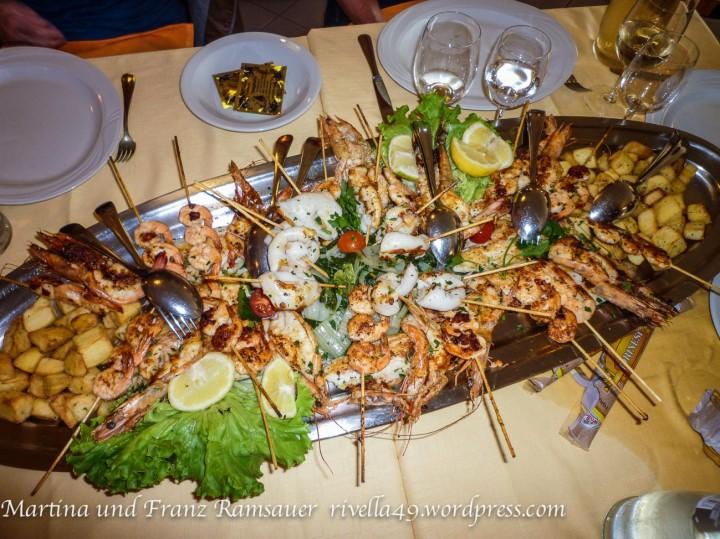 Un piatto di pesce e frutti di mare lusuoso.