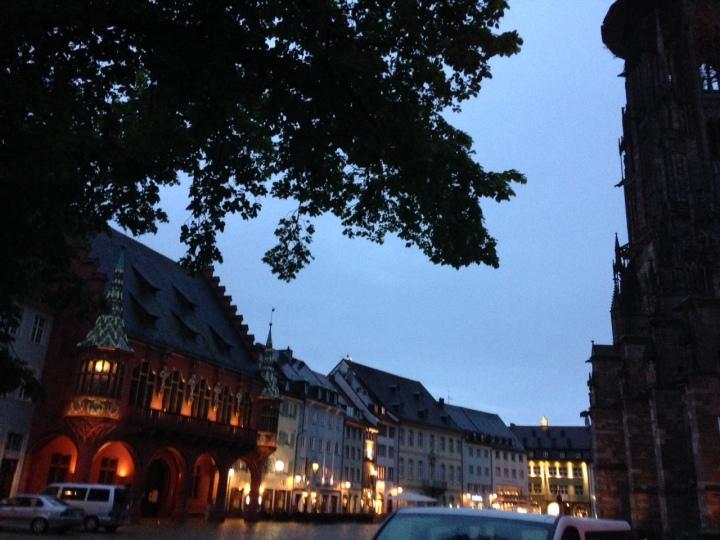 Auf der linken Seite ist das Kaufhaus, das Wahrzeichen der Stadt Es wurde um 1522 gebaut.