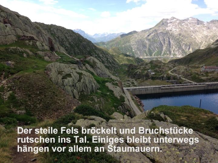 The steep rock crumbles and parts flow to the valley and other parts are stuck behind dams./La roccia ripida si disfa e scivola verso la valle e una parte rimane staccata dietro la diga.