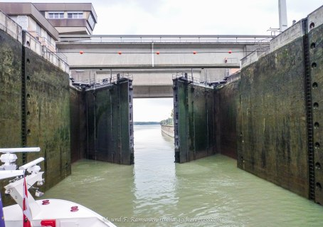 Eine Schleuse/lock/Erst die Stauung der Donau bei Ybbs zähmte diesen Donauabschnitt.