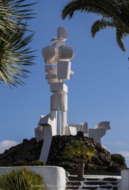 Fruchtbarkeit für den lanzarotinischen Bauern. Dieses Monument ist den vergessenen Mühen des unbekannten Bauern von Lanzarote gewidmet, die in erfindungsreicher Schwerarbeit eine einzigartige Landschaft gestaltet haben. Von César Manrique entworfen und von Jesus Soto 1968 verwirklicht.